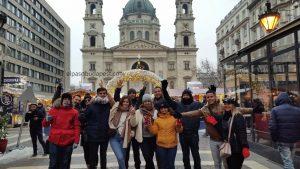 Turistas realizando este Free Tour Budapest en 2019 Diciembre 05 jueves a las 14:30 hrs en la Basílica de San Esteban