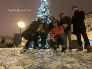 Turistas de Free Tour en Budapest en 2019 Diciembre 06 viernes a las 18:30 hrs frente a un árbol de navidad sobre la nieve