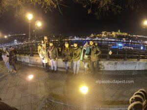 Grupo de turistas de Free Tour en Budapest en invierno 2019 Diciembre 07 sábado a las 18:30 hrs frente al río Danubio