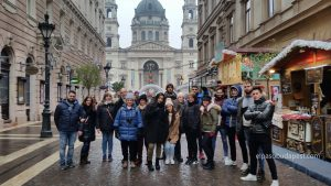 Grupo de turistas de Free Tour Budapest en 2019 Diciembre 09 Lunes a las 10:30 hrs frente a la Basílica de San Esteban