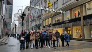 Grupo de turistas de Free Tour Budapest en 2019 Diciembre 09 Lunes a las 10:30 hrs en la calle Fashion Street de Budapest