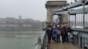 Grupo de turistas de Free Tour Budapest en 2019 Diciembre 09 Lunes a las 10:30 hrs sobre el puente de las cadenas de Budapest