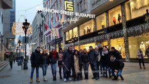 Grupo de turistas del mejor Free Tour en Budapest en 2019 Diciembre 09 Lunes a las 14:30 hrs en la calle Fashion Street