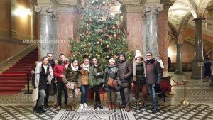 Grupo de turistas del mejor Free Tour en Budapest en 2019 Diciembre 10 martes a las 14:30 hrs en la Ópera nacional de Hungría