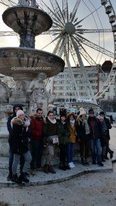 Grupo de turistas de Free Tour Budapest 2019 Diciembre 10 martes a las 14:30 hrs en la plaza Sissi frente a la noria blanca