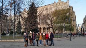Grupo turistas de Free Tour Budapest 2019 Diciembre 10 martes a las 14:30 hrs en la plaza Vigadó frente a Vigadó Concert Hall