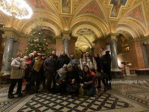 Grupo turistas Free Tour Budapest 2019 Diciembre 12 jueves de 10:30 hrs dentro del edificio de la ópera Nacional de Hungría