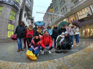 Turistas Free Tour Budapest en el año 2019 invierno Diciembre 12 jueves tour 10:30 hrs en la calle Fashion Street de Budapest