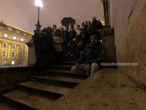 Free Tour Budapest año 2019 Diciembre 12 jueves tour de las 14:30 hrs sentados en las escaleras junto al castillo de Buda