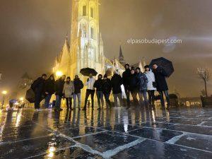 Free Tour Budapest año 2019 Diciembre 12 jueves tour de las 14:30 hrs frente a la iglesia de Matías iluminada bajo la lluvia