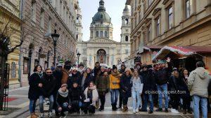 Turistas de Free Tour Budapest 2019 Diciembre 28 sábado tour de las 10:30 hrs sonriendo frente a la Basílica de San Esteban
