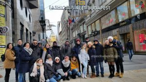Grupo de turistas de Free Tour Budapest 2019 Diciembre 28 sábado tour de las 10:30 hrs en la calle Fashion Street de Budapest