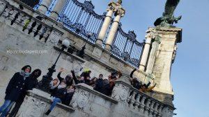 Turistas Free Tour Budapest 2019 Diciembre 28 sábado tour de las 10:30 hrs saludando desde las escaleras del castillo de Buda