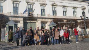 Grupo turistas Free Tour Budapest 2020 Enero 02 jueves tour de las 10:30 hrs frente a los guardias presidenciales en Budapest