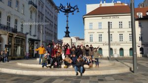 Miembros del Free Tour de Budapest pasandola bien en 2020 Enero 11 Sábado de las 10:30 hrs junto al café Gerbeaud en Budapest