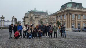 Con mucho frío saludan miembros del Free Tour de Budapest en 2020 Enero 14 Martes de las 10:30 hrs frente al castillo de Buda