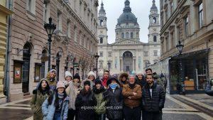 Visitantes de Budapest en Free Tour en 2020 Enero 19 Domingo tour de las 10:30 hrs foto frente a la Basílica de San Esteban