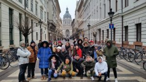 Grupo miembros Free Tour Budapest en 2020 Enero 21 Martes tour de las 14:30 hrs foto frente a la Basílica de San Esteban