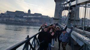 Grupo miembros Free Tour Budapest en 2020 Enero 22 Miércoles tour de las 14:30 hrs foto en el puente de cadenas Budapest