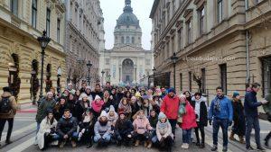 Turistas en el mejor Free Tour de Budapest en 2020 Enero 25 Sábado tour de las 10:30 hrs foto en la Basílica de San Esteban