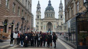 Grupo Realizando Free Tour de Budapest en 2020 Enero 26 Domingo tour de las 10:30 hrs foto frente a Basílica de San Esteban