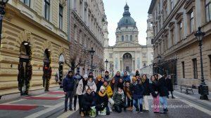Grupo Realizando Free Tour de Budapest en 2020 Enero 27 Lunes tour de las 14:30 hrs foto frente a la Basílica de San Esteban