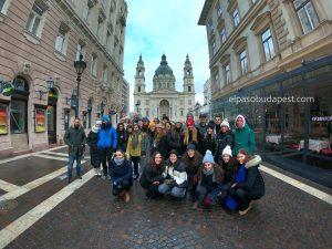 Grupo de turistas realizando Free Tour de Budapest por la mañana 2020 Enero 31 Viernes tour de 10:30 hrs frente a la Basílica