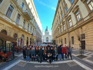 Grupo turístico realizando Free Tour de Budapest por la mañana 2020 Febrero 01 Sábado tour de las 10:30 hrs frente a Basílica