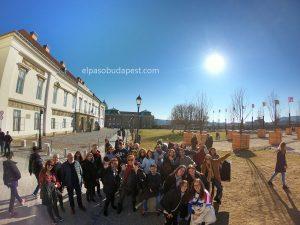 Grupo turístico realizando Free Tour de Budapest por la mañana 2020 Febrero 01 Sábado tour 10:30 hrs en distrito del castillo