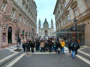 Grupo turístico realizando Free Tour en Budapest 2020 Febrero 04 Martes tour de las 14:30 frente a la Basílica de San Esteban