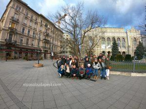 Grupo turístico realizando Free Tour en Budapest 2020 Febrero 05 Miércoles tour de las 14:30 frente al Vigadó Concert Hall
