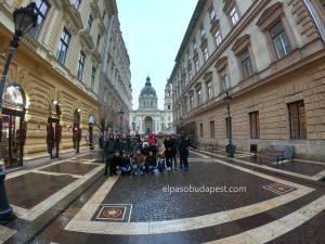Turistas participando en el Free Tour de Budapest 2020 Febrero 10 Lunes tour de las 14:30 frente a la Basílica de San Esteban