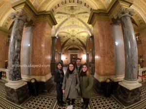 Free Tour Budapest 2020 Febrero 13 Jueves tour de las 14:30 foto dentro de la ópera nacional de Hungría en el inicio del tour