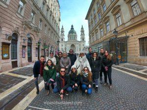 Alegre Free Tour en Budapest en 2020 Febrero 14 Viernes tour de las 10:30 horas foto frente a la Basílica de San Esteban