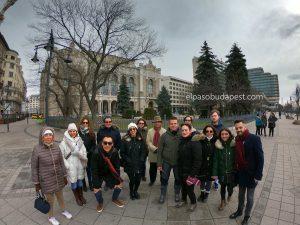 Grupo de turistas realizando el Free Tour de Budapest en 2020 Febrero 14 Viernes tour de las 10:30 horas en la plaza Vigadó