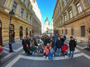 Divertido grupo de Free Tour Budapest en 2020 Febrero 18 Martes tour de las 14:30 horas foto frente a la Basílica de Budapest