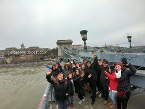 Realizando Free Tour Budapest en 2020 Febrero 19 Miércoles tour de las 14:30 horas en el puente de cadenas en un día lluvioso