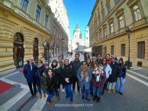 Grupo de Free Tour en español por la tarde el 2020 Febrero 24 Lunes tour de las 14:30 horas foto frente a la Basílica en Pest