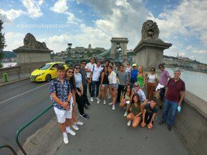 Turistas en Free tour Budapest en 2020 Julio 22 Miércoles tour de las 10:30 horas frente a los leones del puente de cadenas