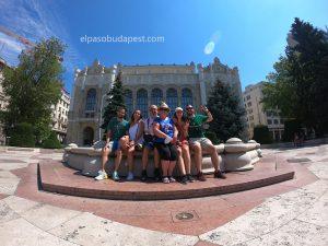 Turistas sentados en la fuente durante el Free tour de Budapest en 2020 Julio 29 Miércoles tour de las 10:30 horas en Vigadó