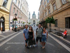 Turistas realizando el Free tour de Budapest en 2020 Agosto 04 Martes tour de las 10:30 horas foto frente a la Basílica