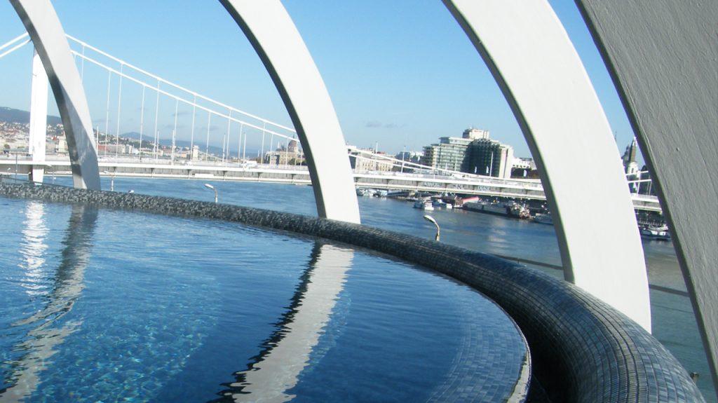 Baño termal Rudas en Budapest con vista al puente de Sissi y el rio Danubio