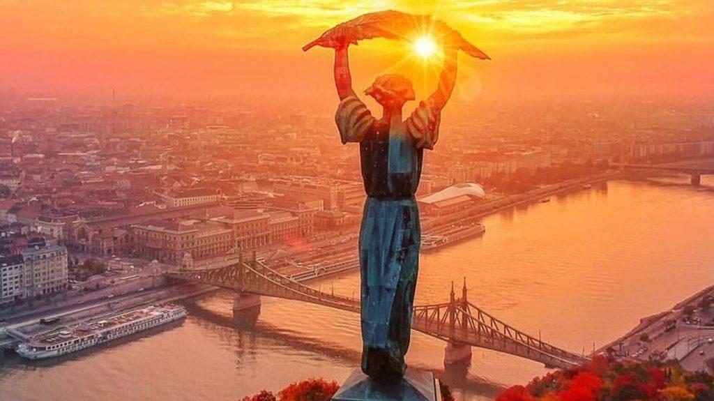 La estatua de la libertad en Budapest sobre la colina de San Gerardo