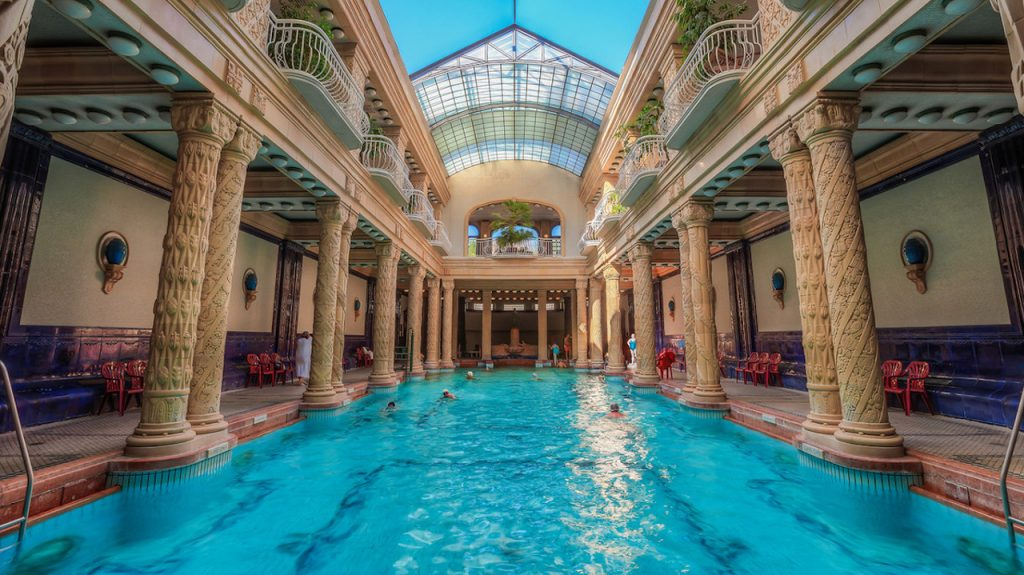 Interior del balneario Gellert en Budapest Hungría