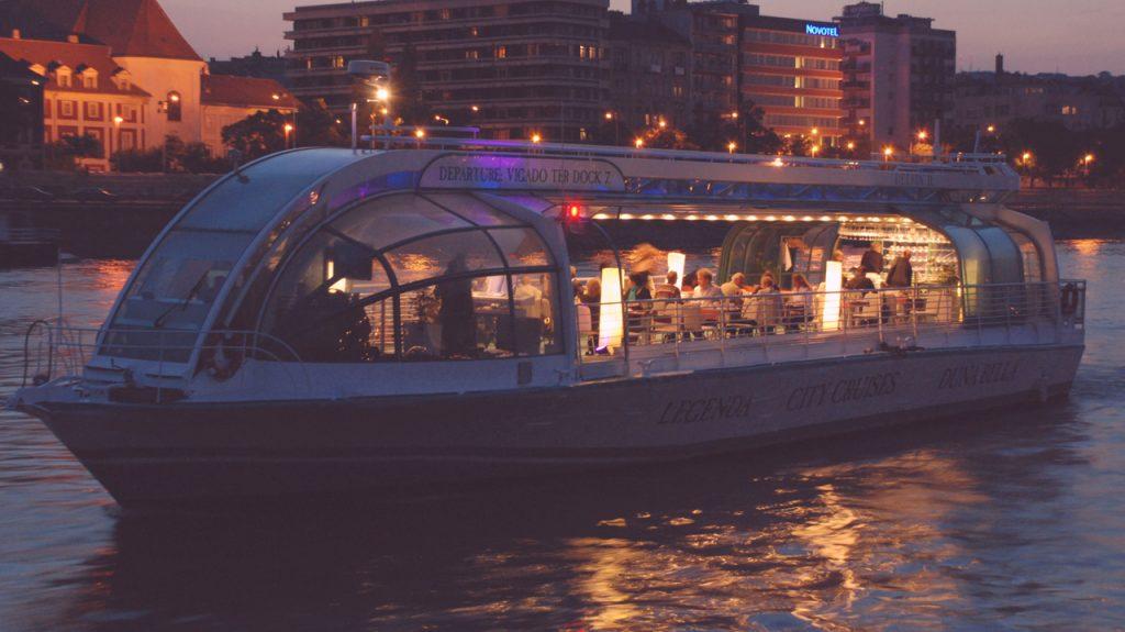 legenda botes sobre el Danubio en Budapest