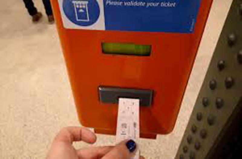 Verificación de billetes del metro de Budapest. En el freetour te explicaremos todo acerca del transporte público de Budapest